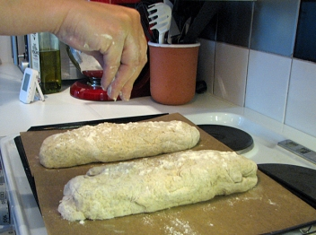 Strö lite mjöl över brödet när det ska jäsa